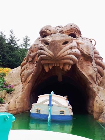 Mit kleinen Booten geht es durch die Disneywelt